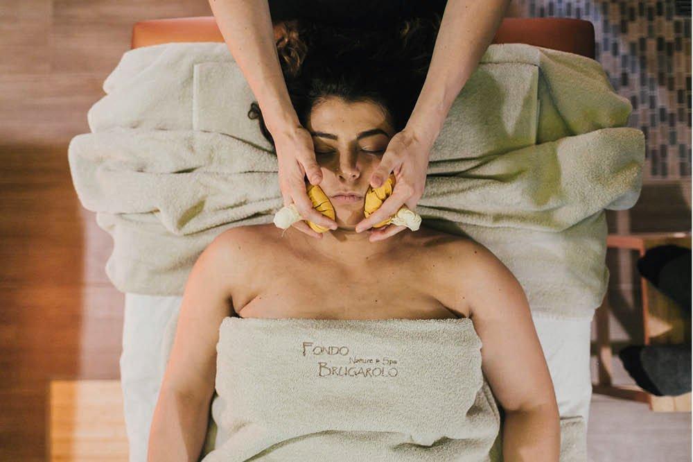 Massaggio viso con ponfi caldi