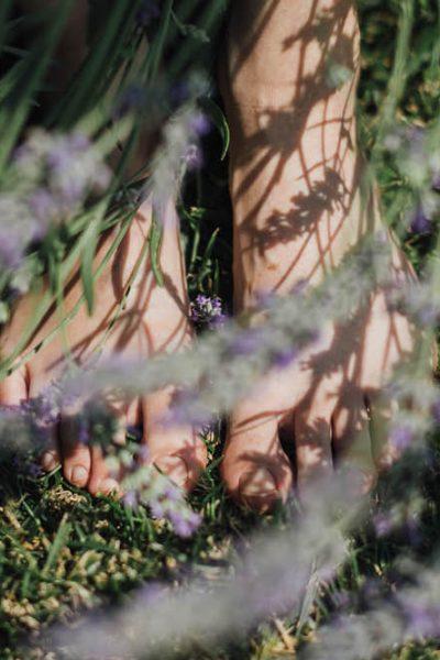 Immergiti nella natura a piedi nudi